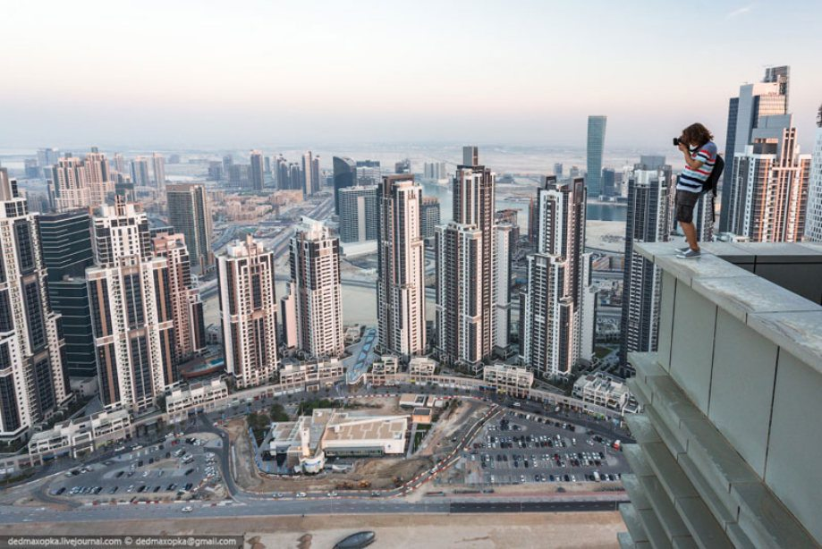dubai-view-from-building-rooftops-11