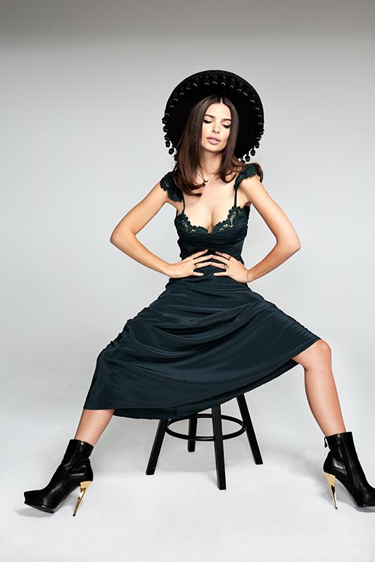 Emily Ratajkowski super-sexy para Stone Cold Fox.