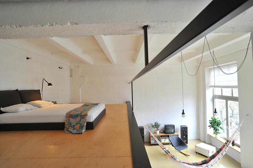 Loft en lituania nos muestra el dise o de interiores minimalista - Mezzanine woonkamer ...