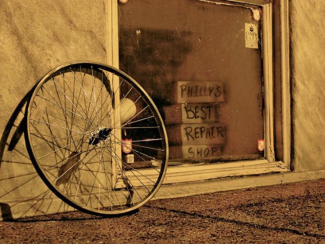 Fotografía artística de bicicletas abandonadas.