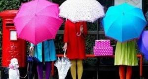 botas para lluvia y paragüas