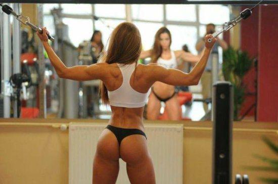 Ejercicios para brazos con las chicas del gimnasio