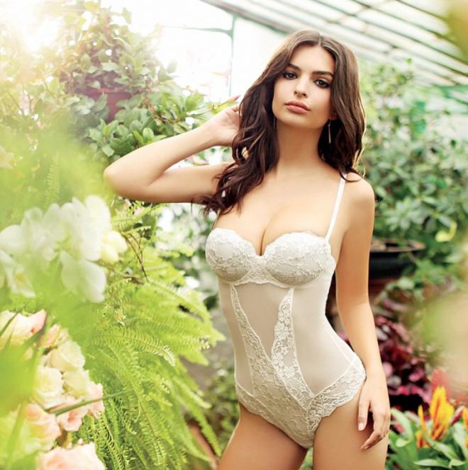Emily Ratajkowski en ropa interior sexy