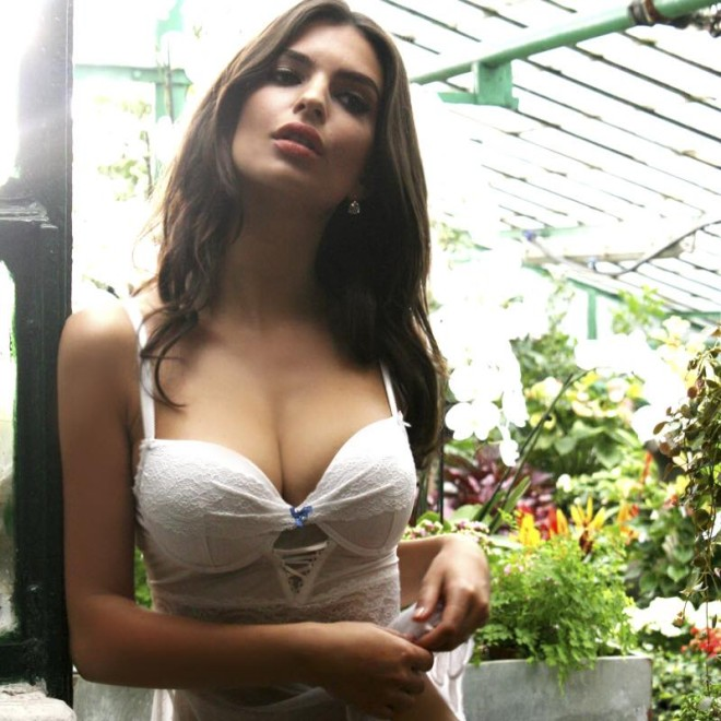 Emily Ratajkowski en lencería sexy para mejorar el día
