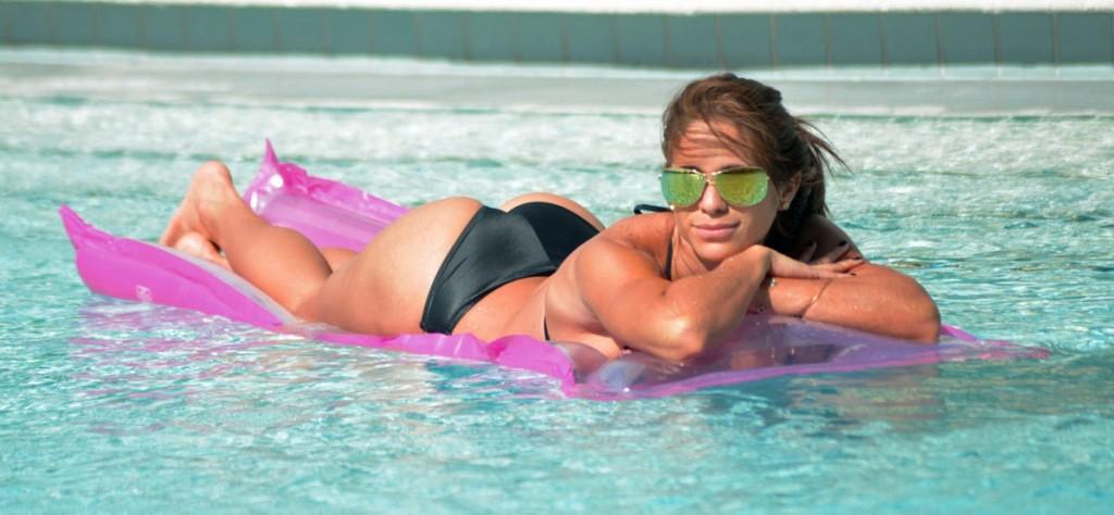 Las chicas del gym saben lucir un bikini