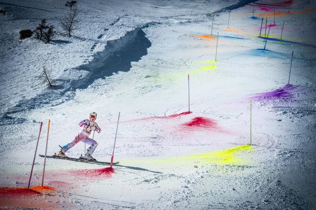Impresionante descenso en esquí lleno de colores