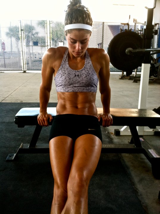 Chicas levantando pesas
