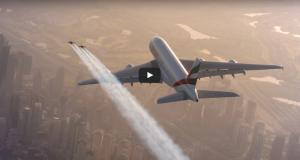 Intrépidos acrobatas aéreos volando junto al Airbus A380