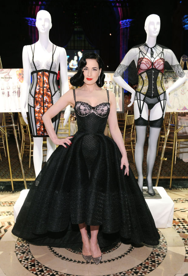 Dita Von Teese modelando su nueva colección de lencería