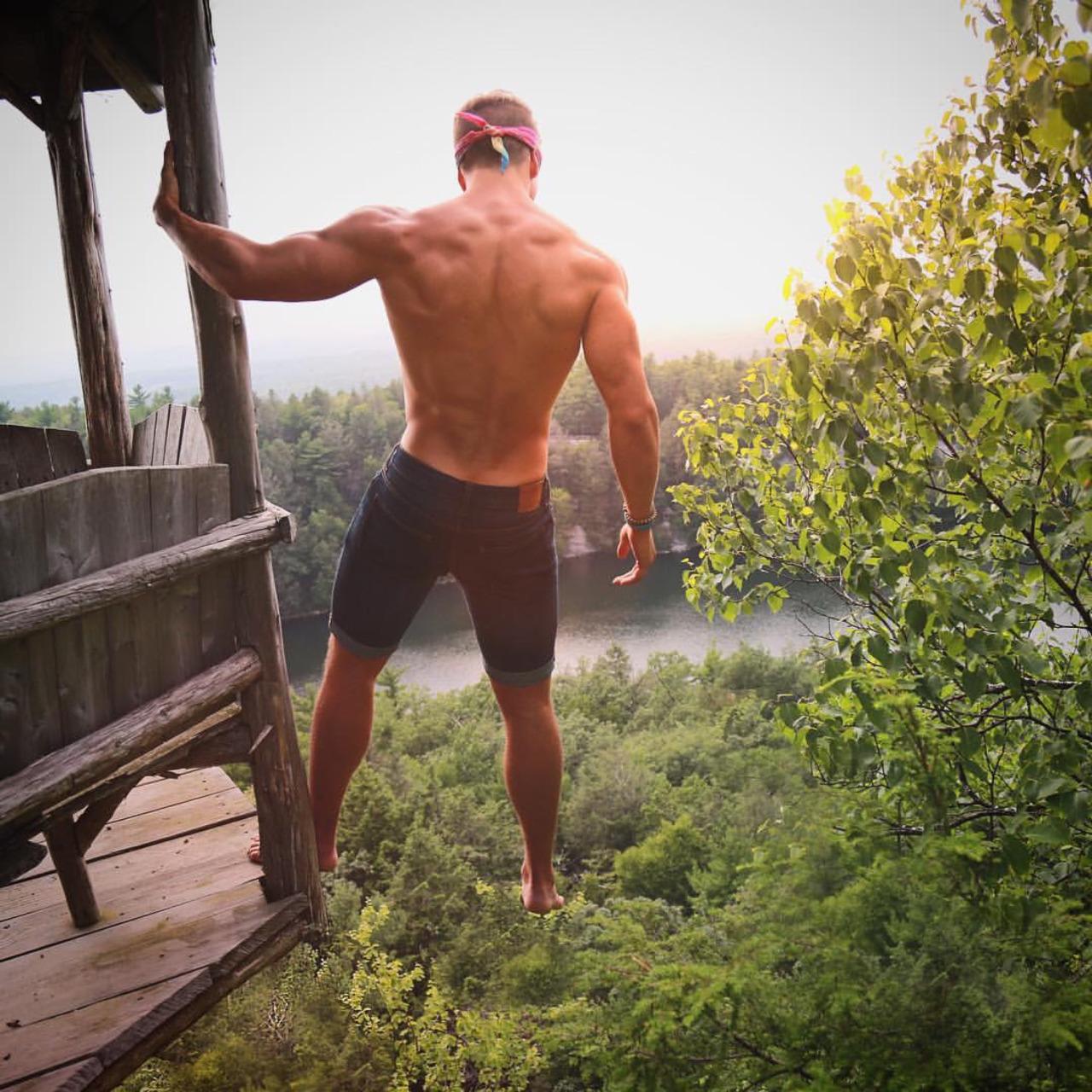 Haz tu rutina al aire libre con los hombres fitness