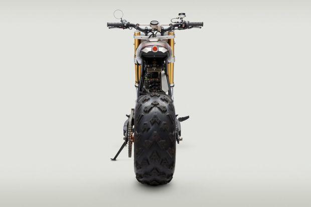 Un monstruo de motocicleta Honda XR650L de 1996