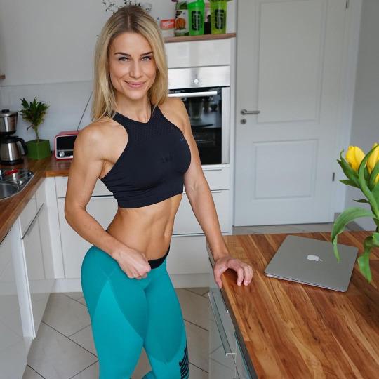Entrena más duro y suda más con las chicas del gym