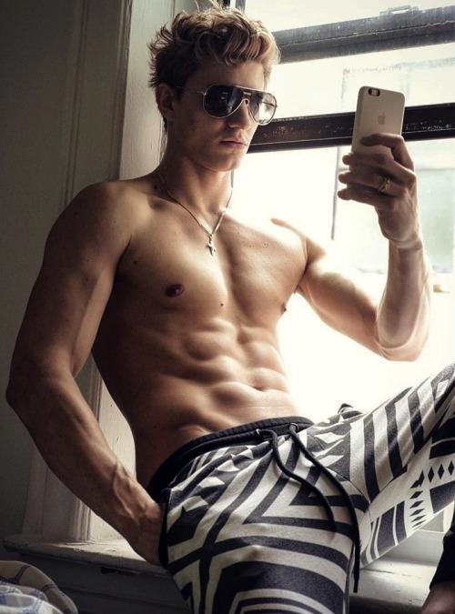 Un cuerpo marcado y definido con los hombres del fitness