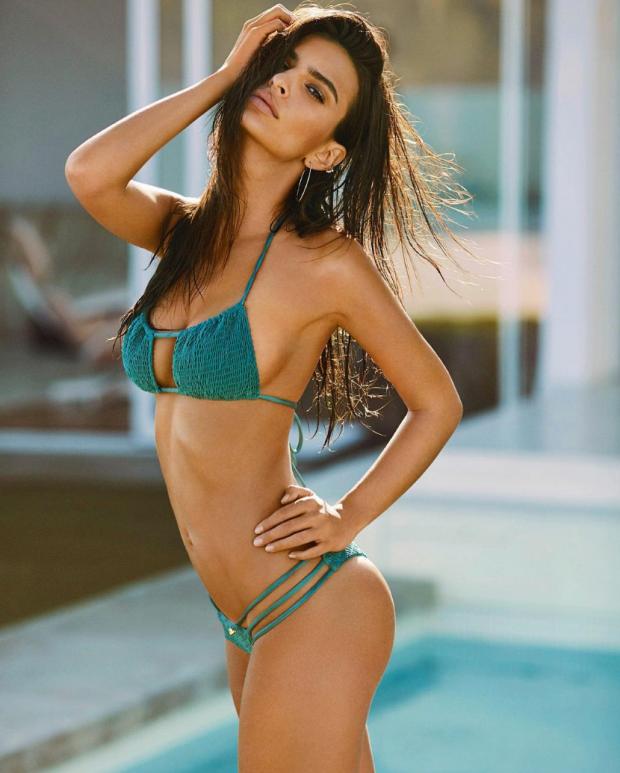 Emily Ratajkowski posando en bikini por que el mundo es bueno