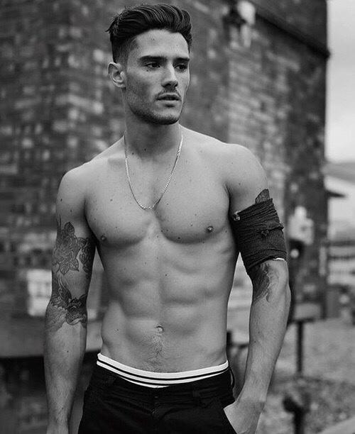 Abdomen marcado y fuerte con los hombres fitness