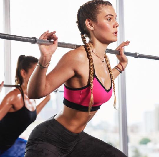 Motívate y llénate de energía con las mujeres más fit - Sentadilla profunda