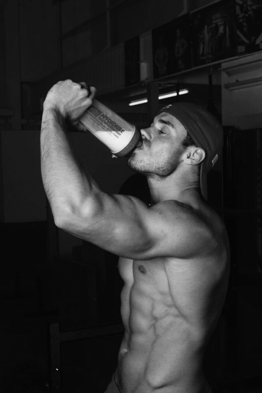 Los hombres fitness se ven así cuando entrenan duro