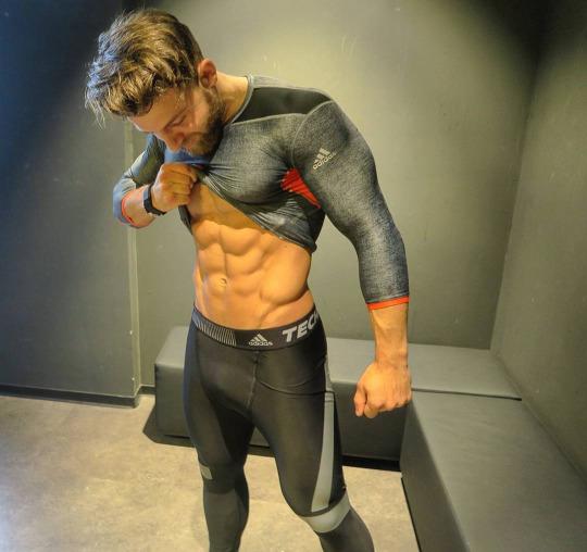 Los hombres fitness se ven así cuando entrenan duro - Gymspo