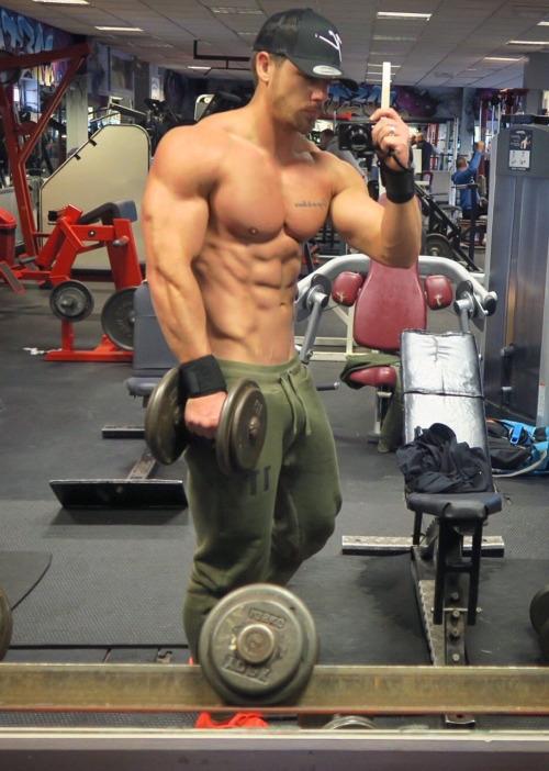 Los hombres fitness se ven así cuando entrenan duro - Gimnasio Músculos