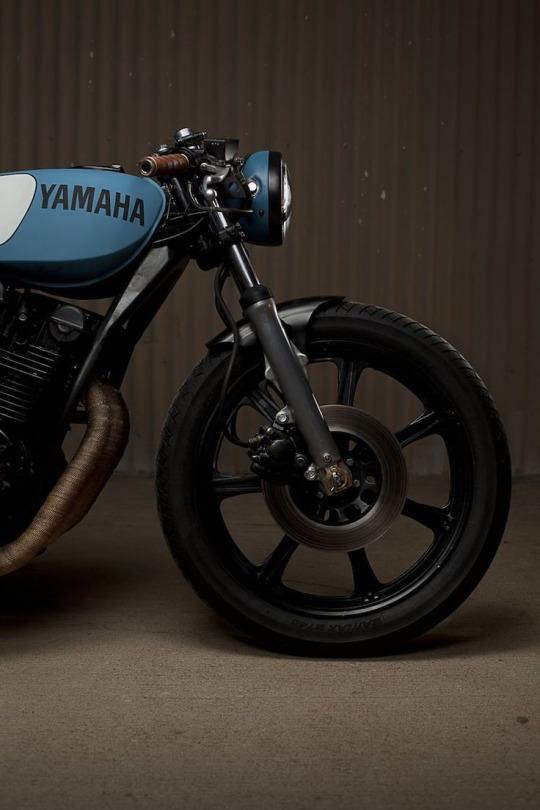 Random post para un sexy viernes - Motocicleta Yamaha Retro