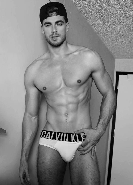 Marcado y musculoso el combo perfecto de los chicos del gym - Abs