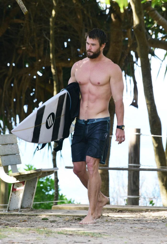 Hombres del gimnasio más fuertes y más marcados - Surf
