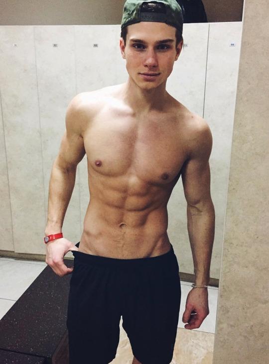 Músculos marcados y definidos la meta de los hombres fitness - Gimnasio Inspiración