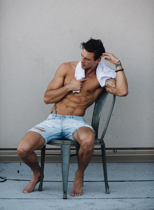 Músculos marcados y definidos la meta de los hombres fitness - Abdomen perfecto