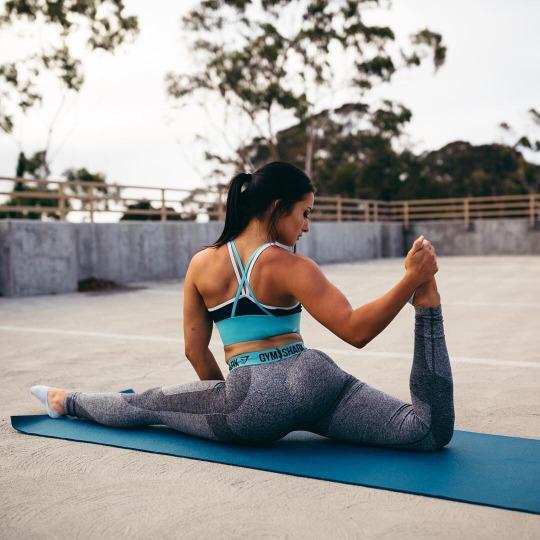 Las chicas del gym entrenan más duro que tu - Yoga