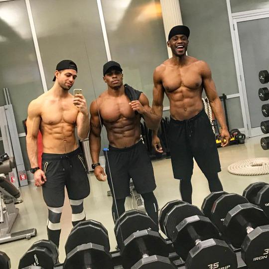 Hombres del fitness musculatura y estética de alto nivel