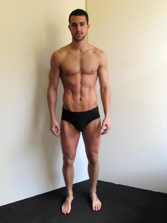 Músculos marcados definidos y motivación para el gimnasio
