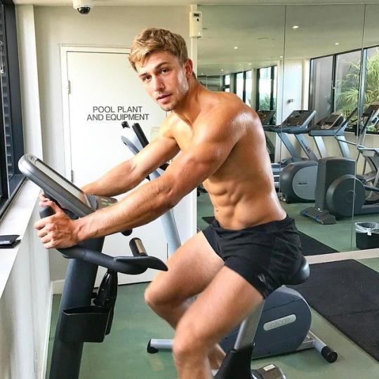 Motivación con los hombres más fit del gym