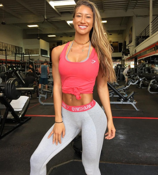 Chicas del gimnasio listas para entrenar en vacaciones