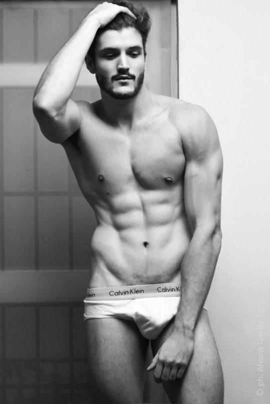 Hombres del gym tienen músculos marcados y se ven así