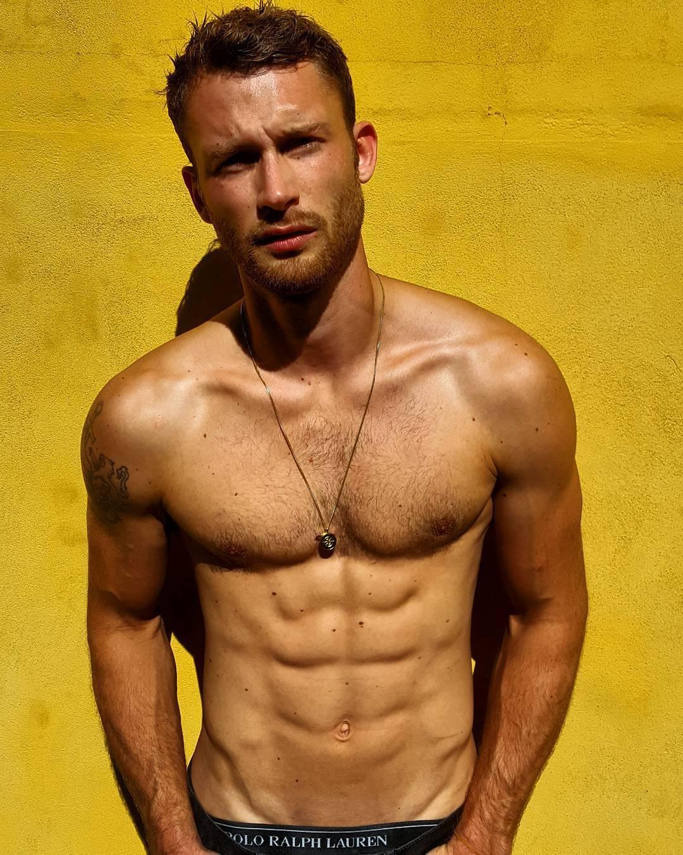 Agarra calor y entrena con los hombres del gym