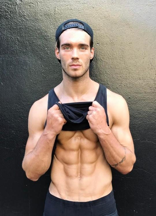 Hombres fitness musculosos, marcados y con definición