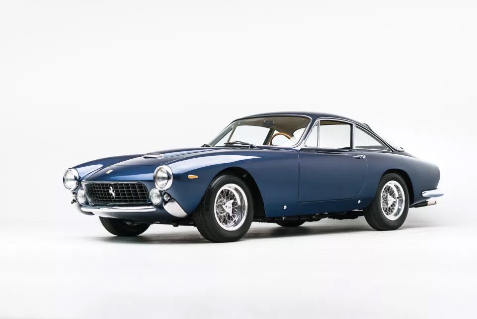 Azul y perfecto Ferrari 250 GT Berlinetta Lusso de 1964