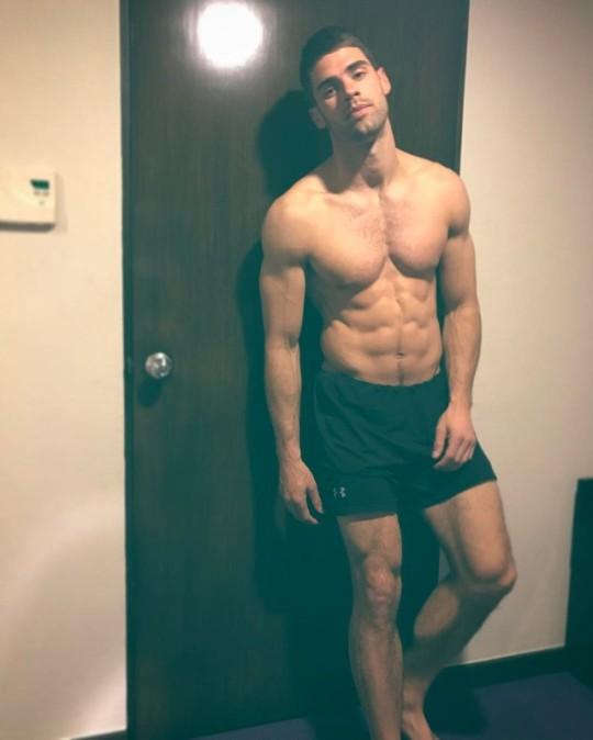 Los mejores abs solo con los hombres más fit del gym
