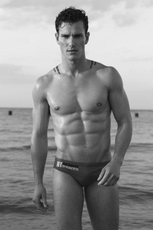Los hombres del gimnasio y sus cuerpos esculturales