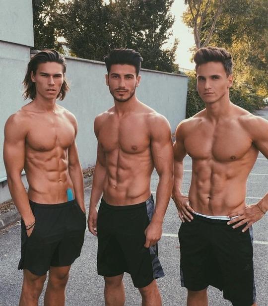 Hombres del gimnasio y sus resultados únicos