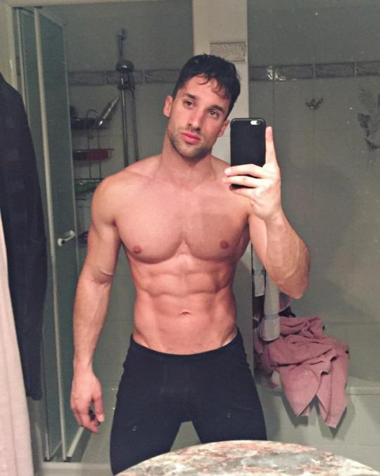 Fotos de los hombres del gimnasio mostrando los mejores abs