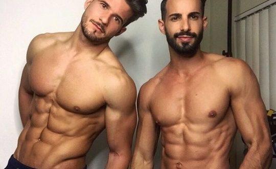 Hombres del gimnasio marcados, musculosos y listos para motivar